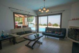 Гостиная. Кипр, Друсхия : Прекрасная вилла с бассейном и приватным двориком, 3 спальни, 3 ванные комнаты, парковка, Wi-Fi