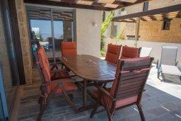 Обеденная зона. Кипр, Друсхия : Прекрасная вилла с бассейном и приватным двориком, 3 спальни, 3 ванные комнаты, парковка, Wi-Fi