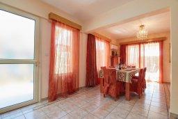 Обеденная зона. Кипр, Пейя : Прекрасная вилла с бассейном и приватным двориком, 3 спальни, 2 ванные комнаты, парковка, Wi-Fi