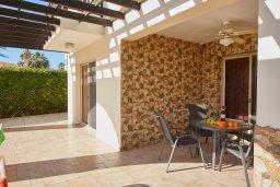 Зона отдыха у бассейна. Кипр, Пейя : Прекрасная вилла с бассейном и приватным двориком, 3 спальни, 2 ванные комнаты, парковка, Wi-Fi