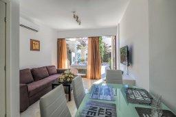 Гостиная. Кипр, Гермасойя Лимассол : Таунхаус в 30 метрах от пляжа в комплексе с бассейном, 2 спальни, 2 ванные комнаты, парковка, Wi-Fi