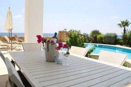 Обеденная зона. Кипр, Хлорака : Роскошная вилла с бассейном и видом на море, 50 метров до пляжа, 6 спален, 4 ванные комнаты, парковка, Wi-Fi