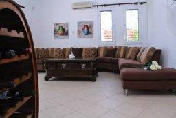 Гостиная. Кипр, Хлорака : Роскошная вилла с бассейном и видом на море, 50 метров до пляжа, 6 спален, 4 ванные комнаты, парковка, Wi-Fi