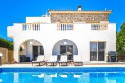 Фасад дома. Кипр, Св.Георг : Роскошная вилла с бассейном, джакузи и двориком с барбекю, 4 спальни, 3 ванные комнаты, настольный теннис, парковка, Wi-Fi