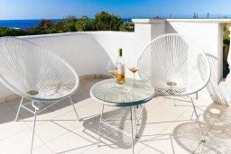 Балкон. Кипр, Св.Георг : Роскошная вилла с бассейном, джакузи и двориком с барбекю, 4 спальни, 3 ванные комнаты, настольный теннис, парковка, Wi-Fi