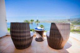 Балкон. Кипр, Киссонерга : Роскошная вилла с бассейном, джакузи и прекрасным видом на море, 5 спален, 3 ванные комнаты, настольный теннис, парковка, Wi-Fi