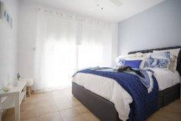 Спальня. Кипр, Киссонерга : Роскошная вилла с бассейном, джакузи и прекрасным видом на море, 5 спален, 3 ванные комнаты, настольный теннис, парковка, Wi-Fi