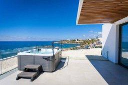 Терраса. Кипр, Киссонерга : Современная вилла на берегу моря с бассейном и джакузи, 6 спален, 4 ванные комнаты, бильярд, парковка, Wi-Fi
