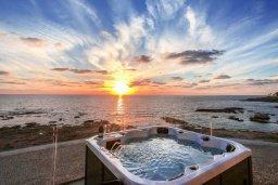 Вид на море. Кипр, Киссонерга : Современная вилла на берегу моря с бассейном и джакузи, 6 спален, 4 ванные комнаты, бильярд, парковка, Wi-Fi