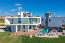 Фасад дома. Кипр, Киссонерга : Современная вилла на берегу моря с бассейном и джакузи, 6 спален, 4 ванные комнаты, бильярд, парковка, Wi-Fi