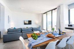 Гостиная. Кипр, Киссонерга : Современная вилла на берегу моря с бассейном и джакузи, 6 спален, 4 ванные комнаты, бильярд, парковка, Wi-Fi