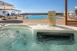 Зона отдыха у бассейна. Кипр, Пейя : Роскошная вилла с бассейном, джакузи и двориком с барбекю, 50 метров до пляжа, 4 спальни, 4 ванные комнаты, бильярд, настольный теннис, парковка, Wi-Fi