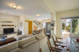 Гостиная. Кипр, Коннос Бэй : Прекрасная вилла с бассейном и зеленым двориком с барбекю, 3 спальни, парковка, Wi-Fi