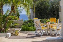Зона отдыха у бассейна. Кипр, Коннос Бэй : Прекрасная вилла с бассейном и зеленым двориком с барбекю, 3 спальни, парковка, Wi-Fi