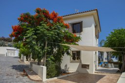 Фасад дома. Кипр, Коннос Бэй : Уютная вилла с приватным двориком и барбекю, 2 спальни, парковка, Wi-Fi