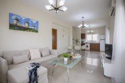 Гостиная. Кипр, Пернера : Уютная вилла с приватным двориком в комплексе с бассейном, 2 спальни, барбекю, парковка, Wi-Fi