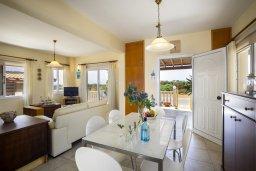 Гостиная. Кипр, Пернера Тринити : Прекрасная вилла с бассейном и двориком с барбекю, 150 метров до пляжа Тринити, 2 спальни, парковка, Wi-Fi