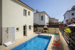 Фасад дома. Кипр, Пернера Тринити : Прекрасная вилла с бассейном и двориком с барбекю, 150 метров до пляжа Тринити, 2 спальни, парковка, Wi-Fi