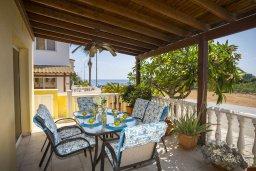 Терраса. Кипр, Пернера Тринити : Прекрасная вилла с бассейном и двориком с барбекю, 150 метров до пляжа Тринити, 2 спальни, парковка, Wi-Fi