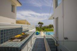 Территория. Кипр, Пернера : Роскошная вилла с бассейном и зеленой лужайкой, 50 метров до пляжа, 5 спален, 4 ванные комнаты, барбекю, парковка, Wi-Fi