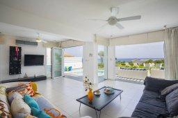 Гостиная. Кипр, Пернера : Роскошная вилла с бассейном и зеленой лужайкой, 50 метров до пляжа, 5 спален, 4 ванные комнаты, барбекю, парковка, Wi-Fi
