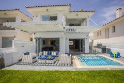 Фасад дома. Кипр, Пернера : Роскошная вилла с бассейном и зеленой лужайкой, 50 метров до пляжа, 5 спален, 4 ванные комнаты, барбекю, парковка, Wi-Fi