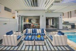 Патио. Кипр, Пернера : Роскошная вилла с бассейном и зеленой лужайкой, 50 метров до пляжа, 5 спален, 4 ванные комнаты, барбекю, парковка, Wi-Fi