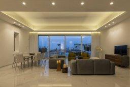 Гостиная. Кипр, Пернера : Роскошная вилла с бассейном и джакузи в 20 метрах от пляжа, 5 спален, 5 ванных комнат, барбекю, парковка, Wi-Fi