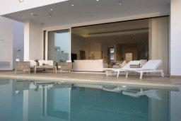 Бассейн. Кипр, Пернера : Роскошная вилла с бассейном и джакузи в 20 метрах от пляжа, 5 спален, 5 ванных комнат, барбекю, парковка, Wi-Fi