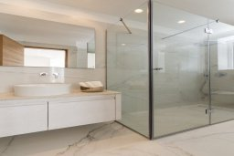 Ванная комната. Кипр, Пернера : Роскошная вилла с бассейном и джакузи в 20 метрах от пляжа, 5 спален, 5 ванных комнат, барбекю, парковка, Wi-Fi