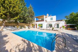 Фасад дома. Кипр, Пейя : Прекрасная вилла с бассейном и джакузи, 4 спальни, 2 ванные комнаты, барбекю, парковка, Wi-Fi