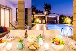 Обеденная зона. Кипр, Киссонерга : Роскошная вилла с бассейном и джакузи, 4 спальни, 3 ванные комнаты, барбекю, парковка, Wi-Fi
