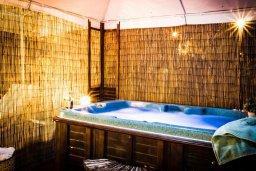 Территория. Кипр, Киссонерга : Роскошная вилла с бассейном и джакузи, 4 спальни, 3 ванные комнаты, барбекю, парковка, Wi-Fi