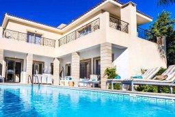 Фасад дома. Кипр, Киссонерга : Роскошная вилла с бассейном и джакузи, 4 спальни, 3 ванные комнаты, барбекю, парковка, Wi-Fi