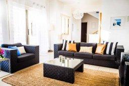 Гостиная. Кипр, Киссонерга : Роскошная вилла с бассейном и джакузи, 4 спальни, 3 ванные комнаты, барбекю, парковка, Wi-Fi