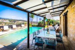 Обеденная зона. Кипр, Пейя : Роскошная вилла с бассейном и джакузи, 4 спальни, 3 ванные комнаты, настольный теннис, барбекю, парковка, Wi-Fi