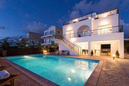 Фасад дома. Кипр, Св.Георг : Прекрасная вилла с бассейном и джакузи, 4 спальни, 5 ванных комнат, бильярд, настольный теннис, барбекю, парковка, Wi-Fi