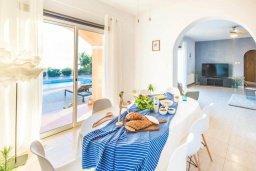Обеденная зона. Кипр, Пейя : Прекрасная вилла с бассейном и джакузи, 4 спальни, 4 ванные комнаты, барбекю, парковка, Wi-Fi