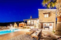 Фасад дома. Кипр, Си Кейвз : Уютная вилла с бассейном и двориком с джакузи, барбекю и настольным теннисом, 3 спальни, 3 ванные комнаты, парковка, Wi-Fi