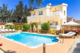 Фасад дома. Кипр, Киссонерга : Роскошная вилла с бассейном, джакузи и зеленым двориком с барбекю, 5 спален, 3 ванные комнаты, парковка, Wi-Fi