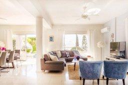 Гостиная. Кипр, Пейя : Роскошная вилла с бассейном, зеленым двориком с джакузи, бильярдом, барбекю, 5 спален, 3 ванные комнаты, парковка, Wi-Fi