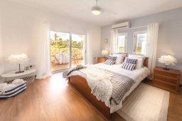 Спальня. Кипр, Св.Георг : Роскошная вилла с бассейном, джакузи и зеленым двориком с барбекю, 5 спален, 4 ванные комнаты, парковка, Wi-Fi