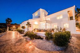 Фасад дома. Кипр, Киссонерга : Прекрасная вилла с бассейном, джакузи и зеленым двориком с барбекю, 5 спален, 4 ванные комнаты, парковка, Wi-Fi