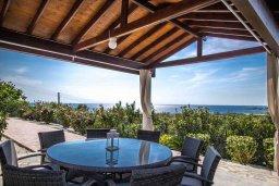 Обеденная зона. Кипр, Киссонерга : Прекрасная вилла с бассейном, джакузи и зеленым двориком с барбекю, 5 спален, 4 ванные комнаты, парковка, Wi-Fi