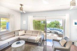 Гостиная. Кипр, Пейя : Роскошная вилла с бассейном, зеленым двориком с джакузи, барбекю, 5 спален, 2 ванные комнаты, парковка, Wi-Fi