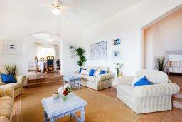 Гостиная. Кипр, Пейя : Роскошная вилла с бассейном, зеленым двориком с джакузи, бильярдом, барбекю, 4 спальни, 2 ванные комнаты, парковка, Wi-Fi