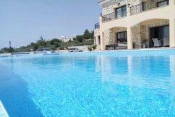 Бассейн. Кипр, Милиу : Роскошная вилла с бассейном и большим двором с барбекю, 4 спальни, 3 ванные комнаты, парковка, Wi-Fi