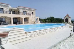 Фасад дома. Кипр, Милиу : Роскошная вилла с бассейном и большим двором с барбекю, 4 спальни, 3 ванные комнаты, парковка, Wi-Fi