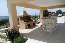 Территория. Кипр, Милиу : Роскошная вилла с бассейном и большим двором с барбекю, 4 спальни, 3 ванные комнаты, парковка, Wi-Fi