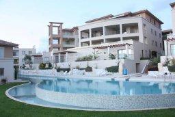 Фасад дома. Кипр, Пафос город : Апартамент в комплексе с бассейном, с гостиной, двумя спальнями и балконом